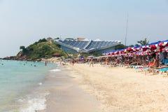 Plage de Samae, plage célèbre dans le LAN de Ko près de la ville de Pattaya avec Sting Photos stock