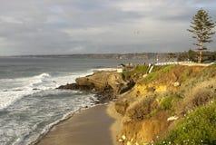 Plage de San Diego avec des ondes de l'océan pacifique Image stock