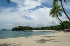 Plage de Sentosa à Singapour sans des personnes Paumes le long de la plage photographie stock