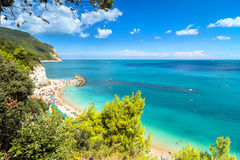 Plage de Sirolo en parc national de Conero, Italie Photo stock