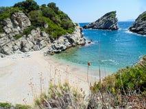 Plage de Spilia sur l'île de Skopelos image libre de droits