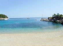 Plage de Stafilos sur Skopelos image libre de droits