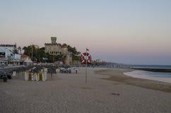 Plage de Tamariz au coucher du soleil à Estoril, Portugal image libre de droits