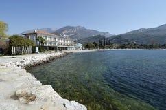 Plage de Torbole et piscine découverte d'hôtel bleue Photos libres de droits