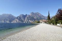 Plage de Torbole et piscine découverte d'hôtel bleue Images libres de droits