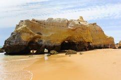 Plage de Tres Castelos dans Portimao, Algarve, Portugal images libres de droits