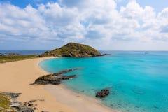 Plage de turquoise de Cala SA Mesquida Mao Mahon de Menorca Photographie stock libre de droits