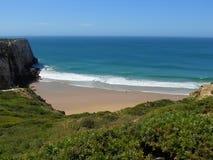 Plage de vague déferlante du Portugal images libres de droits