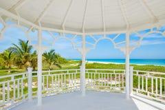 Plage de Varadero au Cuba vu des fenêtres d'un pavillon en bois de bord de la mer blanc image libre de droits