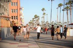 PLAGE DE VENISE, ETATS-UNIS - 8 JUILLET 2013 : Promenade de marche de Venise de personnes au coucher du soleil Images libres de droits