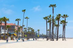 PLAGE DE VENISE, ETATS-UNIS - 14 MAI 2016 : Les gens appréciant un jour ensoleillé sur la plage de Venise, Los Angeles, la Califo Images stock