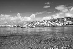 Plage de village de pêche dans Mykonos, Grèce Mer et bateaux sur le ciel bleu nuageux Maisons blanches sur le paysage de montagne photo libre de droits