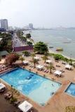 Plage de ville de Pattaya avec les hôtels modernes images stock