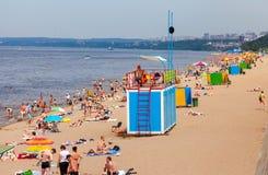Plage de ville sur les rivages de la Volga en Samara, Russie Photos libres de droits