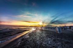 Plage de vue et mer étonnantes, ciel bleu au coucher du soleil Images stock