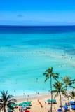 Plage de Waikiki avec de l'eau turquoise Images stock