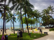Plage de Waikiki, voitures, visiteurs et ciel dramatique Image stock