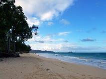 Plage de Waimanalo au cours de la journée regardant vers des îles de mokulua Image libre de droits