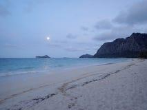 Plage de Waimanalo avec la pleine lune Photographie stock libre de droits