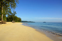 Plage de Waimanalo regardant vers des îles de Mokulua Photo stock