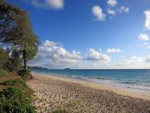 Plage de Waimanalo regardant vers des îles de Mokulua Images stock