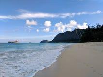 Plage de Waimanalo regardant vers l'île de lapin et l'île de roche Images libres de droits