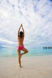 plage de yoga de femme Photos libres de droits