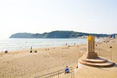 Plage de Zushi avec le monument de la saison du Sun Photos stock