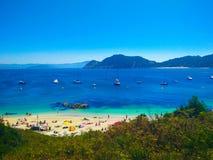 Plage des îles de Cies, en Galicie, l'Espagne, avec des bateaux accouplés dans f images libres de droits