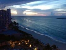 Plage des Bahamas au crépuscule Images stock
