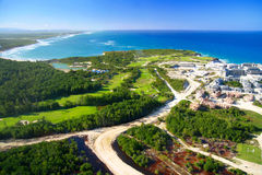 Plage des Caraïbes et résidence non finie images stock