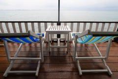 plage, deux chaises de plate-forme Photographie stock libre de droits