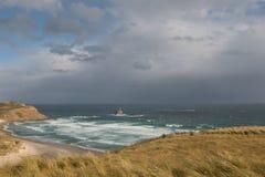 Plage à distance avant tempête Photo stock