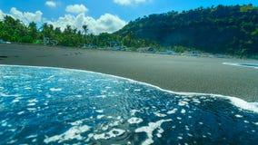 Plage du sable noir sur l'île de Bali Images libres de droits