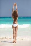 Plage en bronze de Tan Woman Sunbathing At Tropical photographie stock
