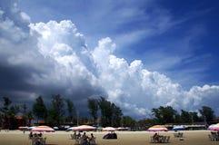 Plage en nuages noirs Photos libres de droits