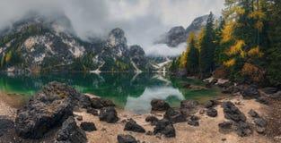 Plage en pierre au lac Braies photos libres de droits