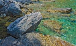 Plage en pierre, l'eau claire Image stock