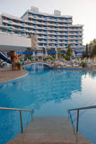 PLAGE ENSOLEILLÉE, BULGARIE - 15 JUIN 2016 : plaza chic de Trakia d'hôtel avec une piscine sur le site, et salles confortables Photographie stock