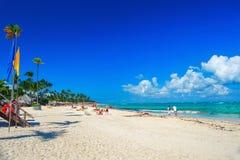 Plage ensoleillée, sable blanc La République Dominicaine, plage de côte de Bavaro photos stock