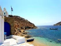 Plage et église de Mykonos Image libre de droits