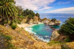 Plage et automnes, Julia Pfeiffer Beach, automnes de McWay, Big Sur Images stock