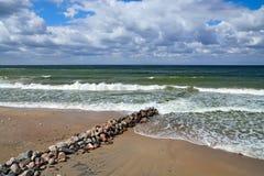 Plage et brise-lames baltiques Images libres de droits