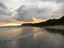 Plage et ciel de coucher du soleil Image stock