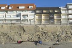 Plage et constructions érodées Photographie stock libre de droits