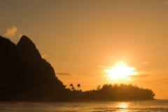 Plage et coucher du soleil d'Hawaï Image stock