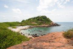 Plage et crique de natation sur le parc national d'île de pigeon juste outre du rivage de la plage de Nilaveli dans Trincomalee S photos libres de droits