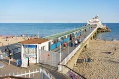 Plage et jetée de Bournemouth sur la côte sud du R-U dans Dorset Image libre de droits