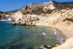 Plage et littoral d'or à l'île grecque des Milos Photo libre de droits