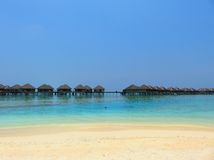 Plage et mer des îles des Maldives avec la station de vacances Photo libre de droits
